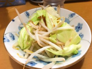 キャベツとモヤシの温野菜にタレがかかったサラダ