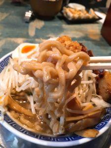 特製角ふじラーメン(醤油味)の麵