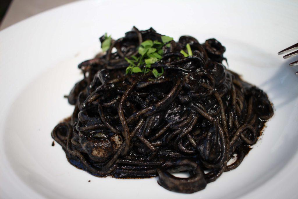 イカ墨のピリ辛真っ黒スパゲッティ