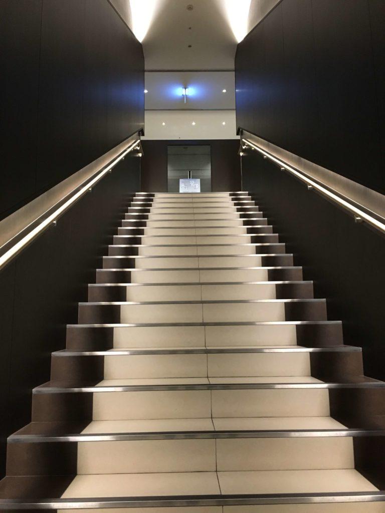4Fから5Fへ上がる階段